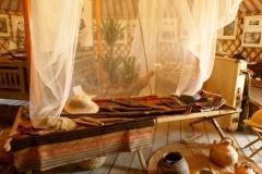 """Détail installation Expo """"Chasseurs de plantes"""" : lits de camps / moustiquaire"""