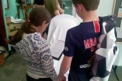 Escape game Alexandra David-Néel : Le frère et la soeur, concentrés sur leur lecture : il faut comprendre pour avancer !