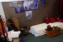coin lit : table tibétaine et objets rituels + cartes des premiers voyages