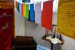 """""""drapeaux de prières"""" portant des citations d'Alexandra David-Néel, qui flottent dans l'atmosphère..."""