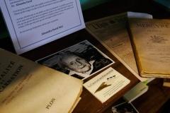 Détail étagère bibliothèque : les pseudos d'Alexandra David Néel