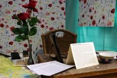 Reconstitution du bureau avec livres tibétains originaux,  lettres et cartes tibétaines