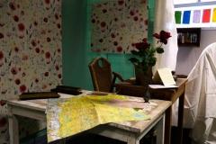 reconstitution du bureau d'Alexandra avec cartes et livres tibétains